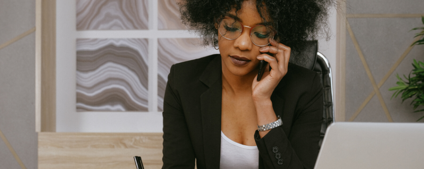 Lady talking on the phone: Get the right advice about redundancy